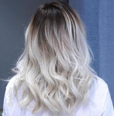18-ash-blonde-haare-mit-schwarzen-wurszeln