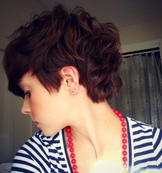 6-pixie cut mit locken schwarzen haar