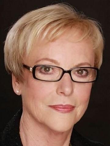 18-blonde pixie Frisuren für Frauen ab 50 mit Brille