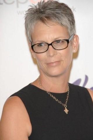 22-Platinum-pixie-Frisuren für Frauen ab 50 mit Brille