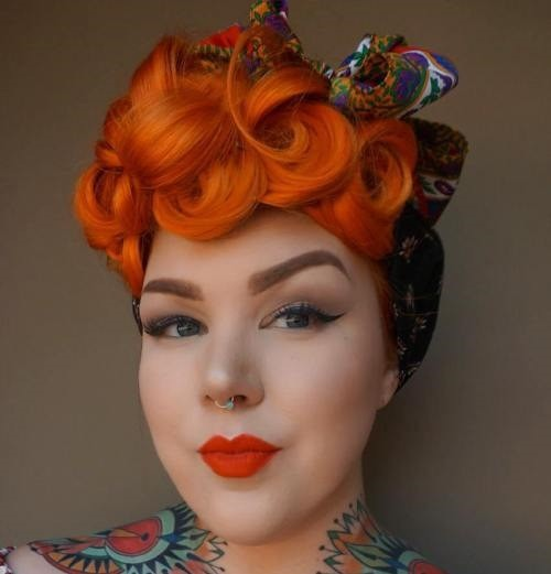 8-Lockige-rote-haare-mit-haarband
