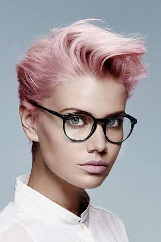 2-rosa Kurzhaarfrisuren für Brillenträgerinnen