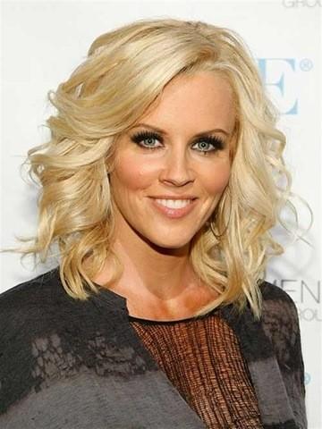 31. Mittellange Blonde Frisur für Frauen