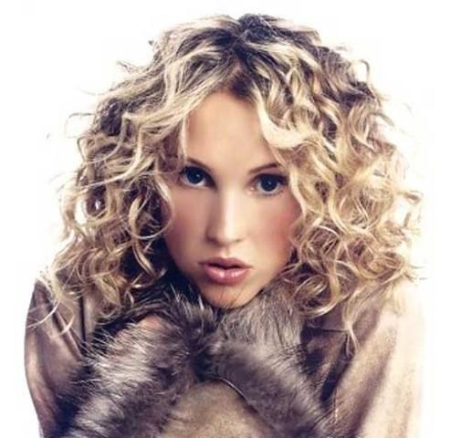 7. Mittlere bis Kurze Dicke Lockige Blonde Haarschnitt