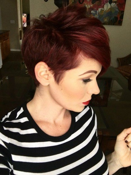 Kurze Dunkel rote Pixie Frisur