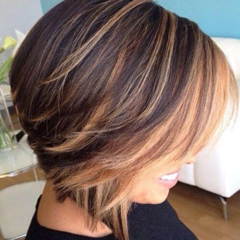 Kurze Braune Haare mit Blonden Strähnen