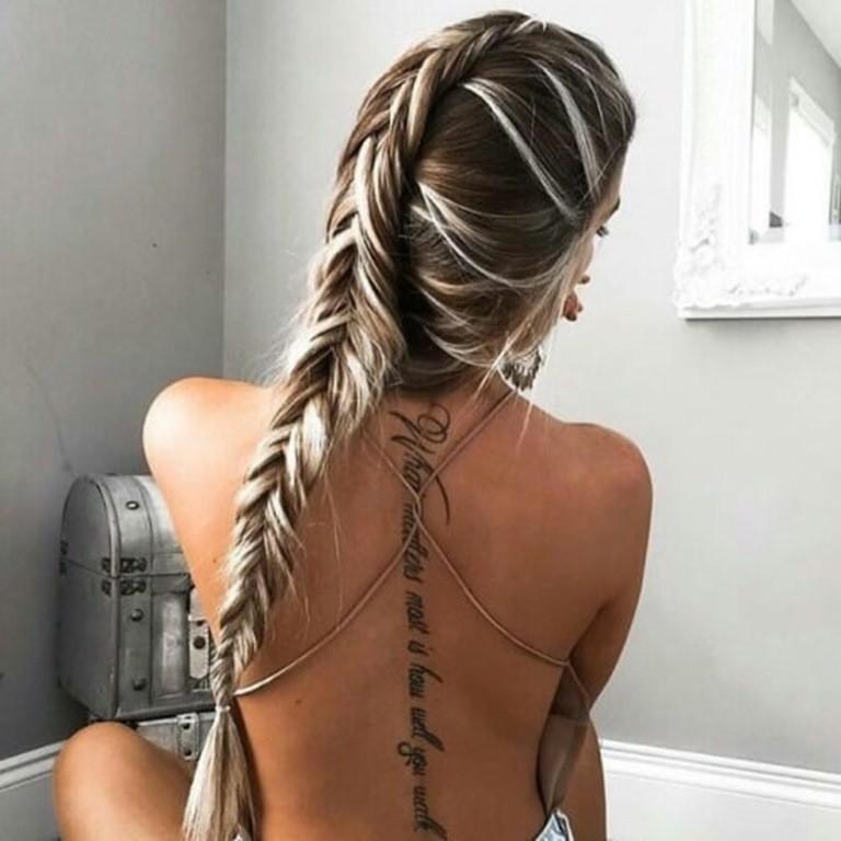 Platin-Blondine mit Braunen Haaren Strähnen