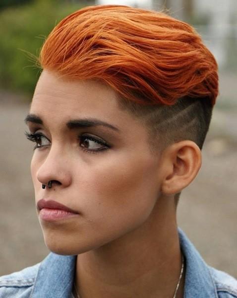 Rote Frisur mit seitlichem Undercut für Frauen