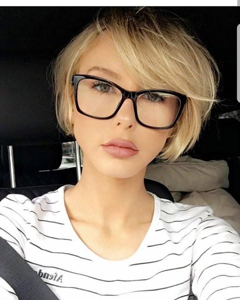 Blond Bob mit Brille