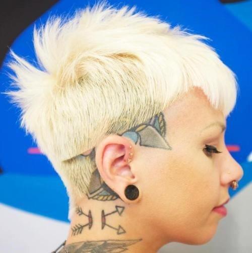 6-punk-Blond-pixie-mit-Kopf-tattoo