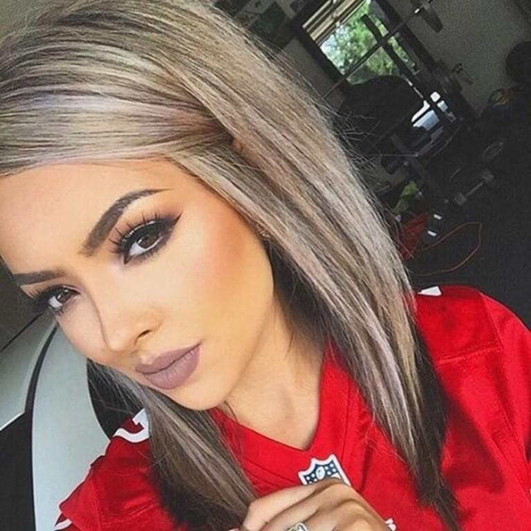 Lange blonde haare mit schwarzen strahnen